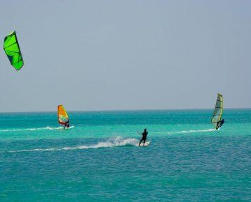 kitesurfers-en-windsurfers-in-boa-vista-kaapverdie