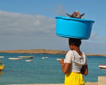 Lokale kaapverdiaanse vrouw met vis boa vista kaapverdie